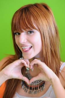 es fan de bella thorne.