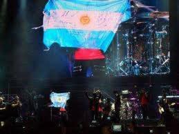 justin sacando la bandera de argentina en river plate concierto