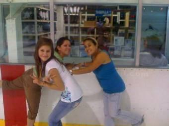 Ya va Candy y pone una foto de ella con sus dos amigas y hace la misma V que Yana