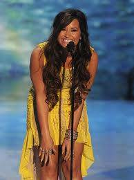 con vestido  amarillo