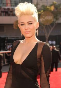 Miley Cyrus (horrible con mal gusto para el pelo)