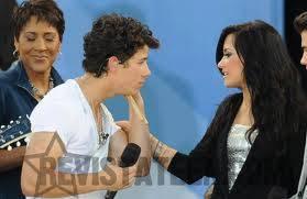 Nick le pide a Demi que sienta sus musculos