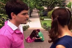 Laura viendo besarse a maxi y a mara